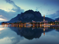 CC BY Di hozinja - Flickr: Lecco town after sunset, Lombardy, Italy, CC BY 2.0, https://commons.wikimedia.org/w/index.php?curid=16038659