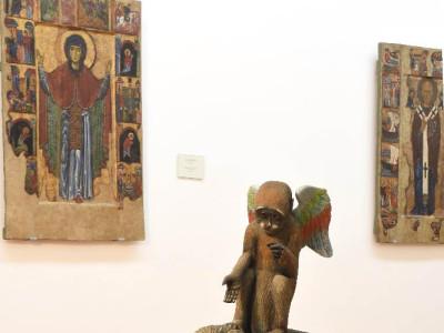 grande scimmia con scimmietta angelo custode