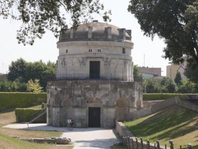 Mausoleo di Teoderico, veduta frontale