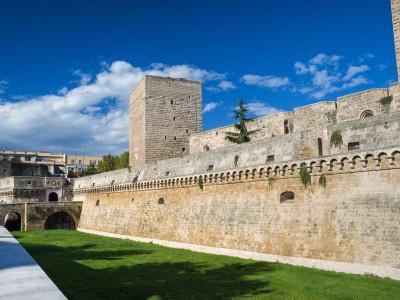 http://www.thenicolaushotel.com/wp-content/uploads/2015/04/destination_bari_castello_svevo_2.jpg