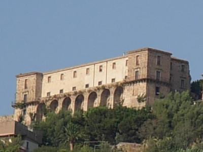 https://commons.wikimedia.org/wiki/Category:Nicotera?uselang=it#/media/File:Castello_di_Nicotera_(VV).jpg