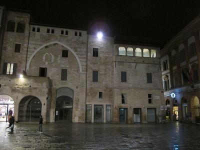 Immagine descrittiva - https://it.wikipedia.org/wiki/Palazzo_Orfini#/media/File:Foligno,_piazza_della_repubblica_04.JPG