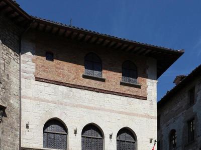 https://it.wikipedia.org/wiki/Palazzo_del_Bargello_(Gubbio)#/media/File:Gubbio,_palazzo_del_bargello.JPG