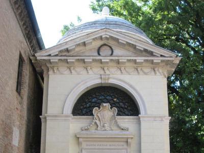 Immagine descrittiva - https://it.wikipedia.org/wiki/Tomba_di_Dante#/media/File:Dantes_tomb_ravenna.jpg