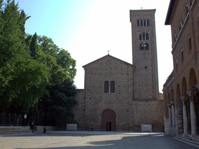 Immagine descrittiva - https://it.wikipedia.org/wiki/Basilica_di_San_Francesco_(Ravenna)#/media/File:Piazza_San_Francesco_Ravenna.jpg