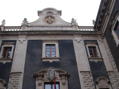 https://it.wikipedia.org/wiki/Porta_Uzeda#/media/File:Porta_Uzeda.jpg
