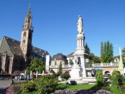 http://www.weinstrasse.com/it/citta-di-bolzano/luoghi-storici/piazza-walther/