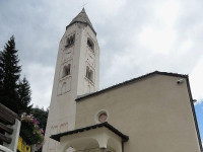 https://upload.wikimedia.org/wikipedia/commons/thumb/b/b4/Chiesa_di_San_Pantaleone_%28Courmayeur%29.JPG/800px-Chiesa_di_San_Pantaleone_%28Courmayeur%29.JPG