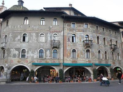 Immagine descrittiva - https://it.wikipedia.org/wiki/Case_Cazuffi-Rella#/media/File:Cazuffi-Rella_houses,_Piazza_Duomo,_Trento.jpg
