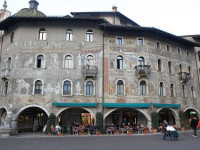 https://it.wikipedia.org/wiki/Case_Cazuffi-Rella#/media/File:Cazuffi-Rella_houses,_Piazza_Duomo,_Trento.jpg