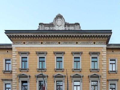 Immagine descrittiva - https://it.wikipedia.org/wiki/Palazzo_di_Giustizia_(Trento)#/media/File:Trento-Palazzo_di_Giustizia-front.jpg