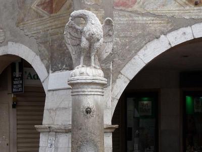 Immagine descrittiva - https://it.wikipedia.org/wiki/Fontana_dell%27Aquila_(Trento)#/media/File:Trento-fontana_dell%27aquila_1.jpg