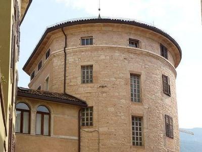 Immagine descrittiva - https://commons.wikimedia.org/wiki/File:Trento-Torrione_madruzziano_4.jpg