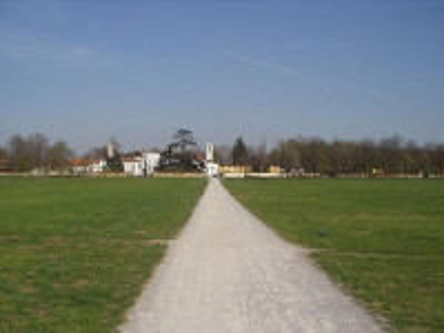 https://upload.wikimedia.org/wikipedia/commons/thumb/7/7d/Monza_Mirabello_200.jpg/800px-Monza_Mirabello_200.jpg