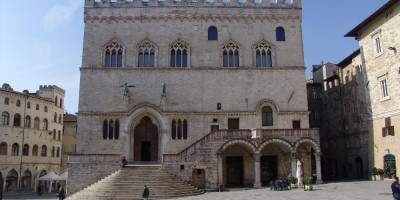Palazzo dei Priori. Facciata verso Piazza IV  jpg; 3264 pixels; 2448 pixels
