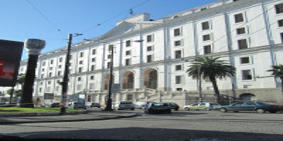 Il Real Albergo dei Poveri (o Palazzo Fuga) è ilprincipale palazzo monumentale di Napoli,una delle più grandi costruzioni settecentesche d'Europa. L'architetto Ferdinando Fuga fu chiamato a Napoli nel 174 daRe Carlo III di Borbone...