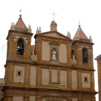 Eighteenth century building with a single nave. It has a Baroque facade with three rows,two impressive bell towers and a statue oftitular Saint of white marble. On the bell tower, however, it is the statue of the Madonna and Child...