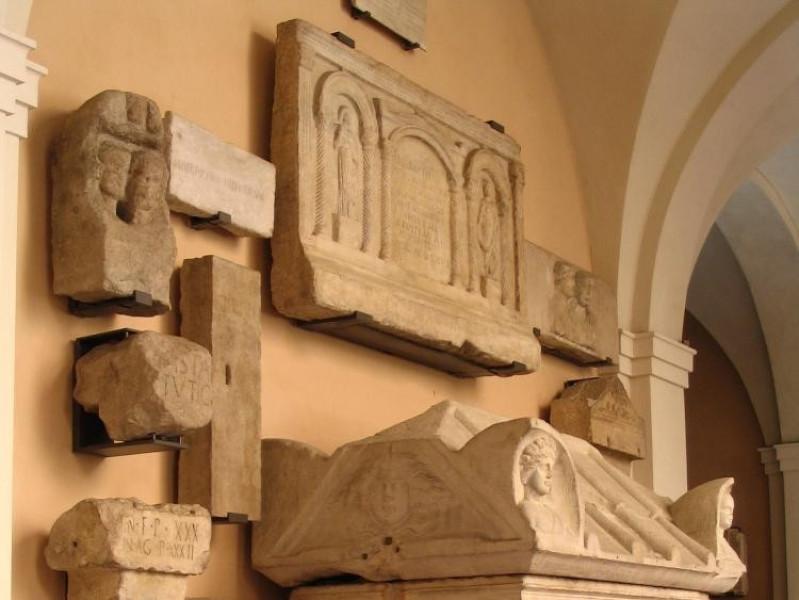 Veduta di sarcofagi, iscrizioni e sculture es