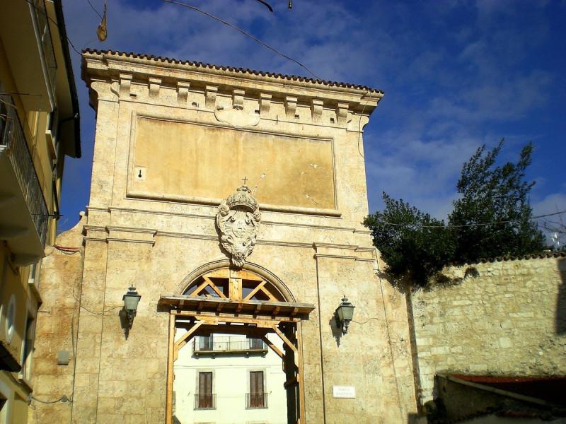 Porta Bazzano danneggiata dal terremoto del 2009