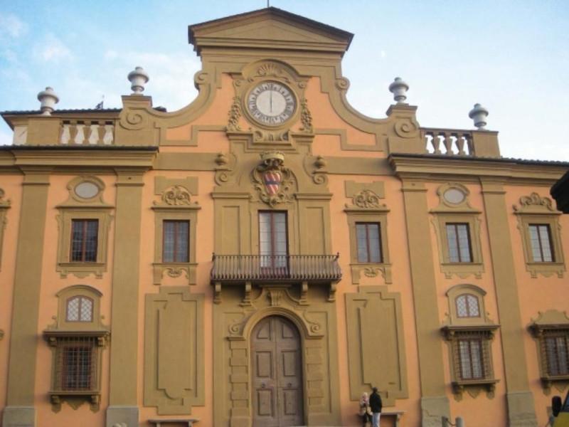 La facciata principale di villa Corsini a Cas