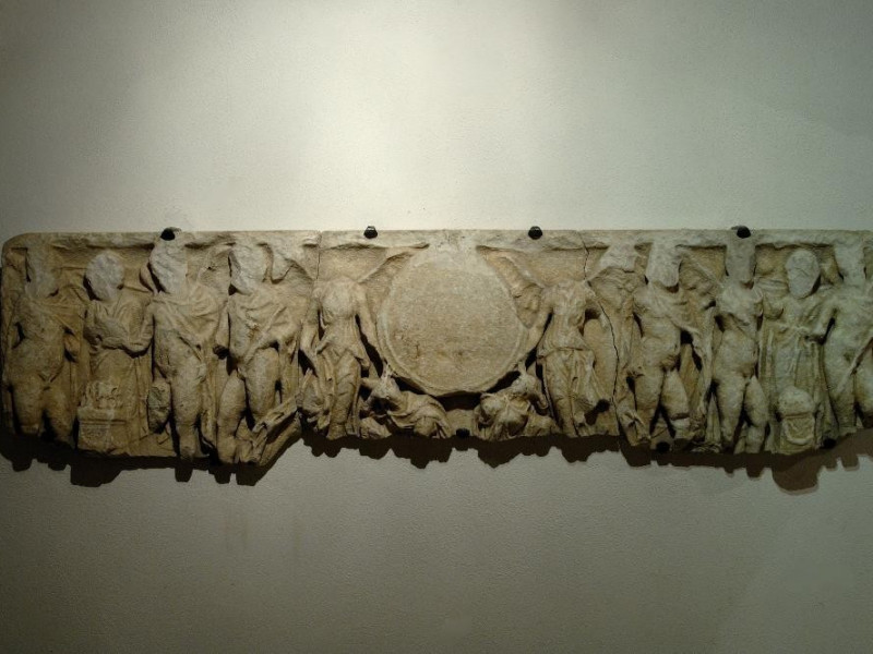 Fronte di sarcofago romano. Nikai Clipeofore Fedeli, Marcello; jpg; 2126 pixels; 1417 pixels