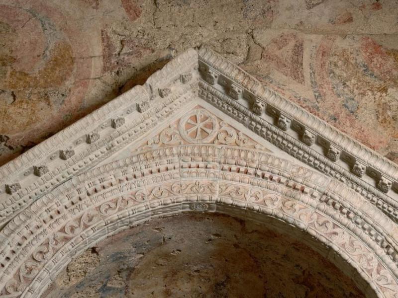 Altare. Timpano.  IV-V sec. d.C.  Fedeli, Marcello; jpg; 2126 pixels; 1417 pixels