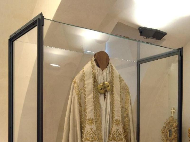 Manifattura locale, Completo pontificale del  Bellu, Sandro; jpg; 2592 pixels; 3872 pixels
