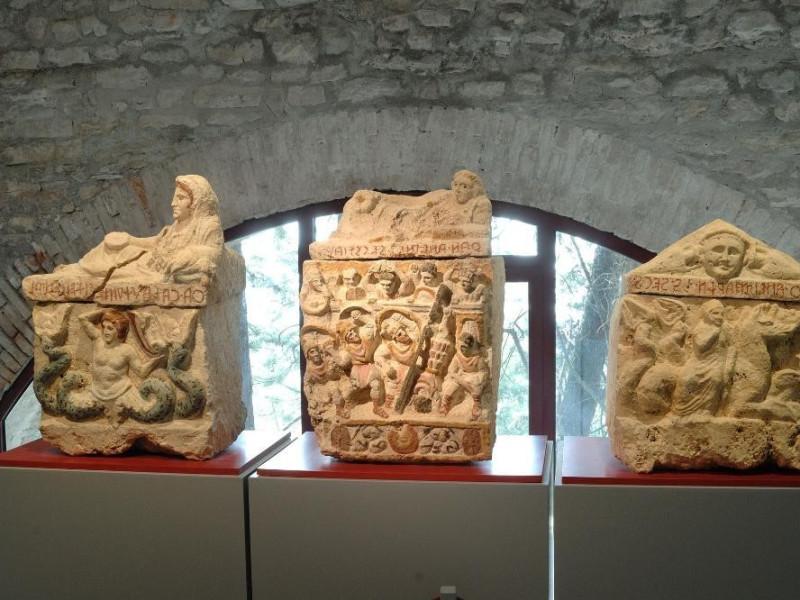 Urne etrusche. III-I sec. a.C. Fedeli, Marcello; jpg; 2126 pixels; 1417 pixels