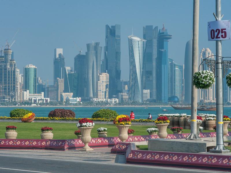 La Corniche, la lunga passeggiata di sette chilometri che copre l'intera Baia di Doha, offre panorami spettacolari della città: dai grattacieli del distretto finanziario alle forme moderne del Museo d'Arte Islamica. Ampi spazi verdi e completamente pedonali, con ristoranti, caffè, palestre a cielo aperto e una pista da jogging.