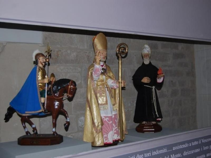 Statuette raffiguranti: San Giorgio, Sant'Uba jpg; 768 pixels; 510 pixels