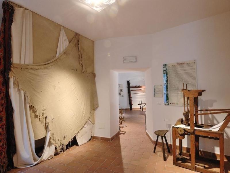 Museo della canapa. Sala espositiva. jpg; 2126 pixels; 1417 pixels