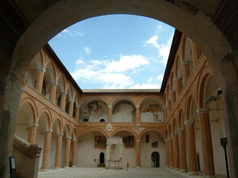 Rocca Albornoziana. Cortile d'onore. ; jpg; 2181 pixels; 1495 pixels