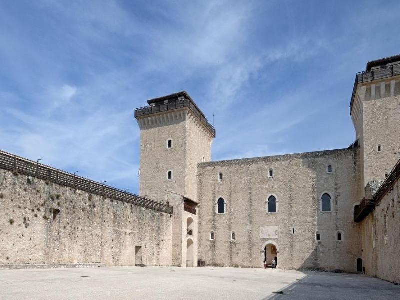 Rocca Albornoziana. Cortile delle Armi. Fedeli, Marcello; jpg; 2126 pixels; 1417 pixels
