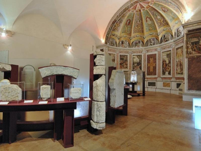 Complesso delle Lucrezie e Lapidarium. Sala e jpg; 2126 pixels; 1417 pixels