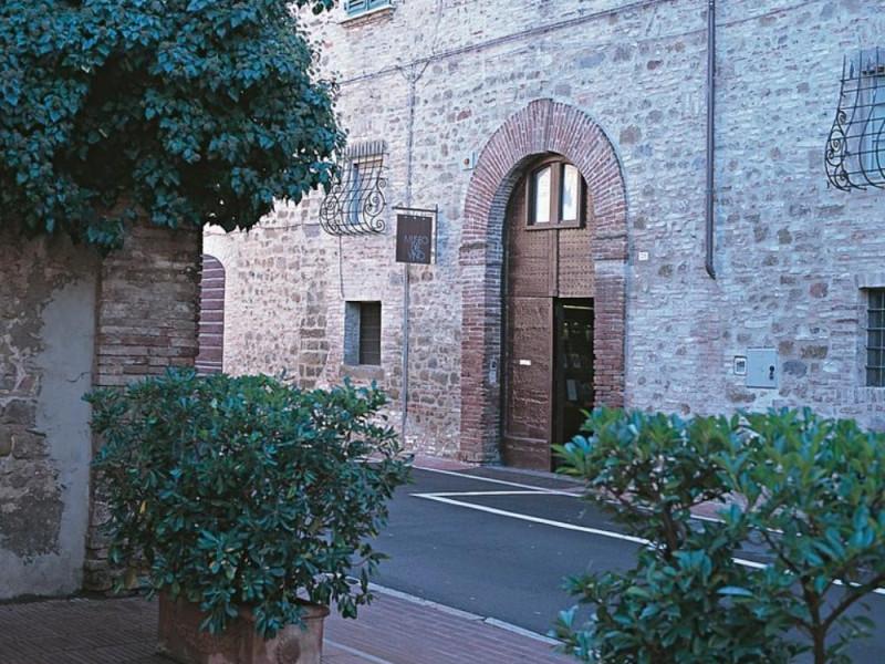 Palazzo Graziani-Baglioni, sede del museo, es jpg; 768 pixels; 768 pixels