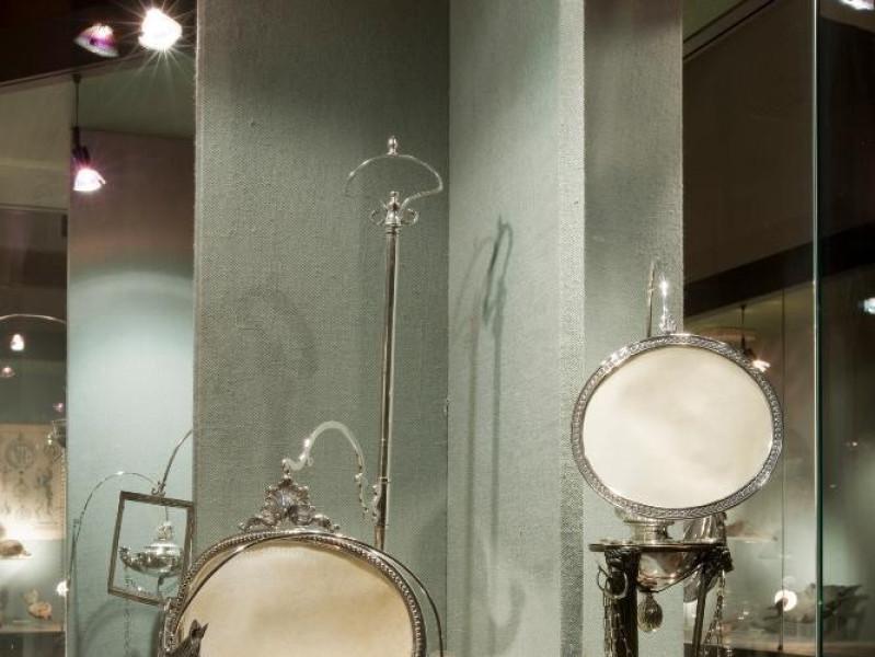Museo dell'Olivo e dell'Olio. Vetrine esposit jpg; 1417 pixels; 2126 pixels
