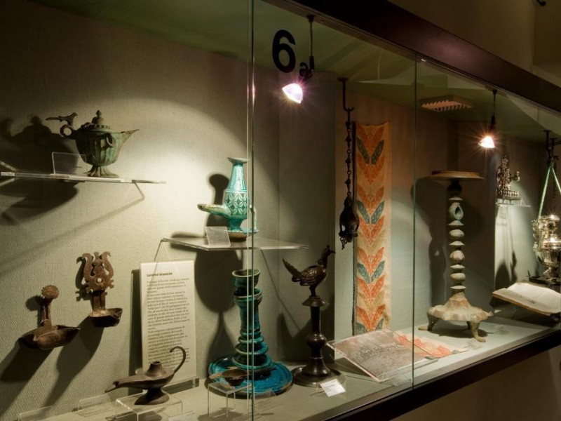 Museo dell'Olivo e dell'Olio. Vetrine esposit jpg; 1417 pixels; 955 pixels