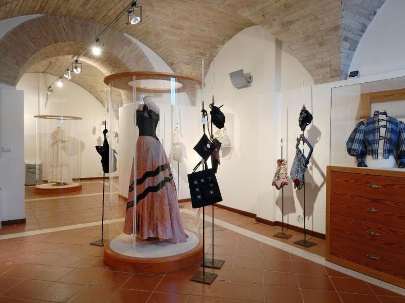 Museo del ricamo e del tessile. Interno. jpg; 2126 pixels; 1417 pixels