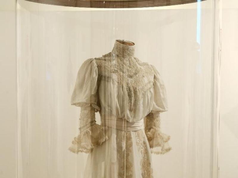 Museo del ricamo e del tessile. Interno. Abit jpg; 1417 pixels; 2126 pixels