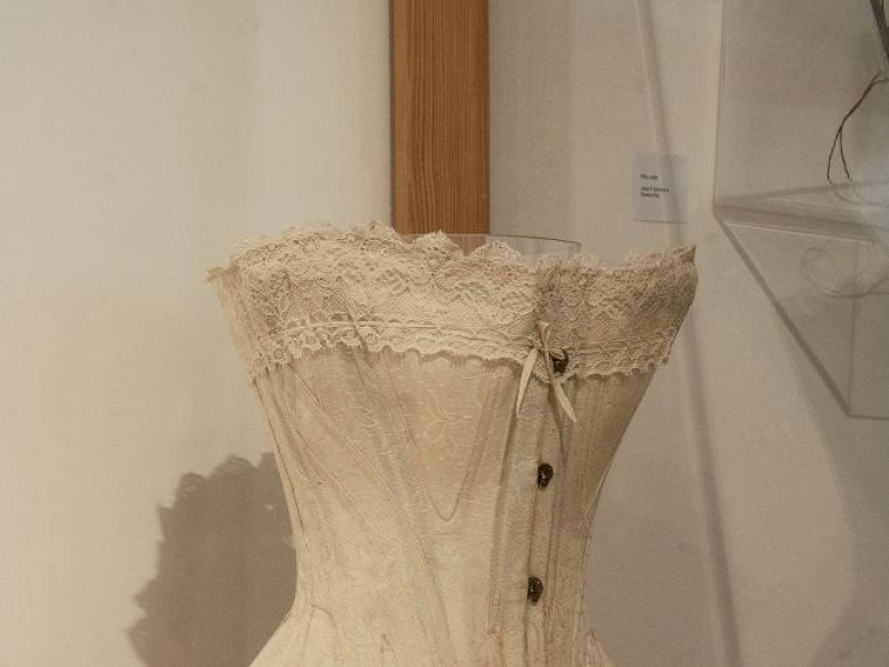 Museo del ricamo e del tessile. Interno. Vetr jpg; 1417 pixels; 2126 pixels