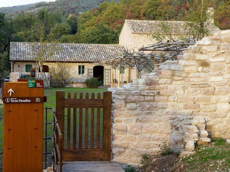 Inizio percorso: Radura del Terzo Paradiso Bosco di San Francesco, Assisi, FAI-Fondo Ambientale Italiano; jpg; 1500 pixels; 1000 pixels