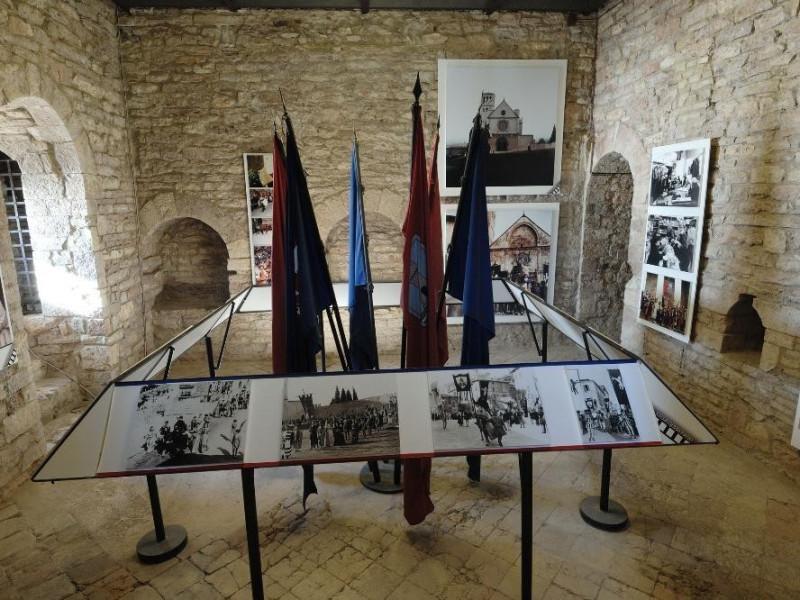 Rocca Maggiore. Interno. Esposizione delle ba Fedeli, Marcello; jpg; 2126 pixels; 1417 pixels