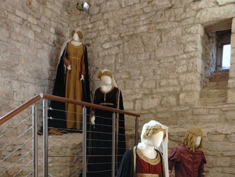 Rocca Maggiore. Interno. Rievocazione storica Fedeli, Marcello; jpg; 1417 pixels; 2126 pixels