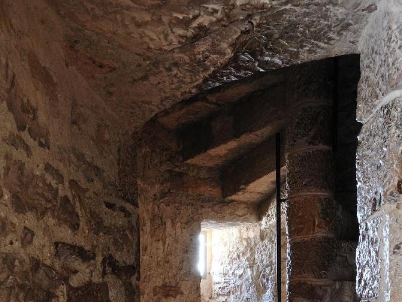 Rocca Maggiore. Interno. Camminamento e scala Fedeli, Marcello; jpg; 1417 pixels; 2126 pixels