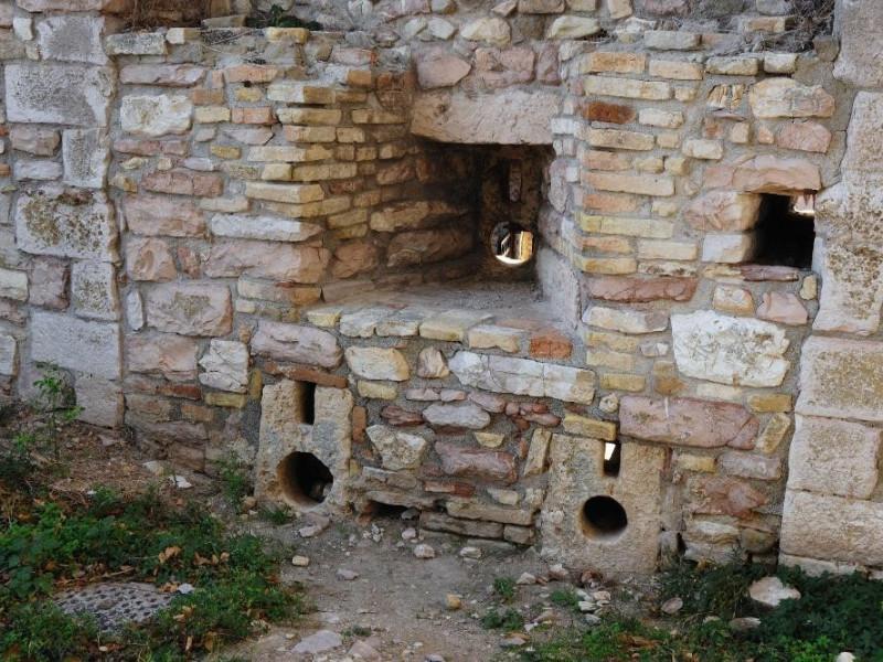 Rocca Maggiore. Mura. Feritoie Fedeli, Marcello; jpg; 2126 pixels; 1417 pixels
