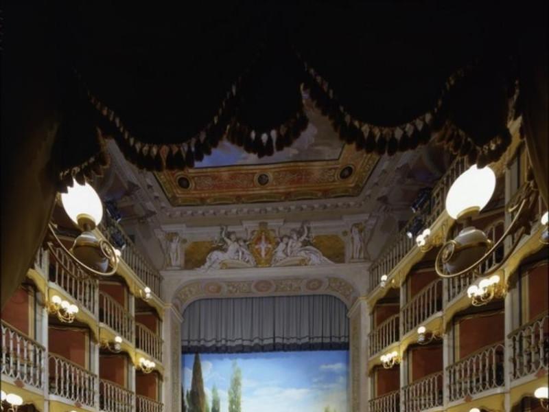 Teatro Torti. La sala verso il boccascena con Ficola, Paolo; jpg; 620 pixels; 768 pixels