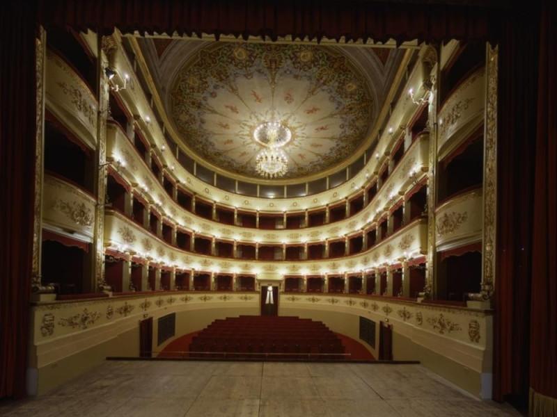 Teatro Comunale. Interno. La sala vista dal p Ficola, Paolo; jpg; 768 pixels; 620 pixels