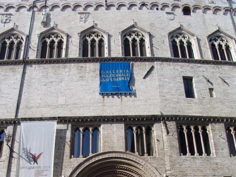 Palazzo dei Priori. Facciata, Portale (1346). jpg; 1536 pixels; 2048 pixels