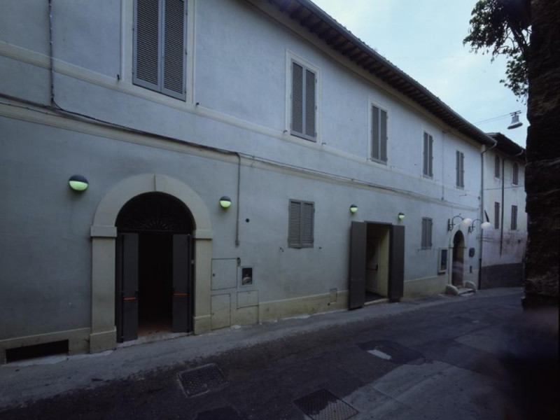 Teatro Subasio. Fronte del teatro. Ficola, Paolo; jpg; 768 pixels; 620 pixels