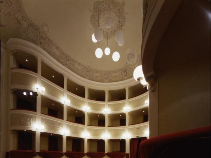 Teatro Subasio. Interno. La sala. Ficola, Paolo; jpg; 620 pixels; 768 pixels